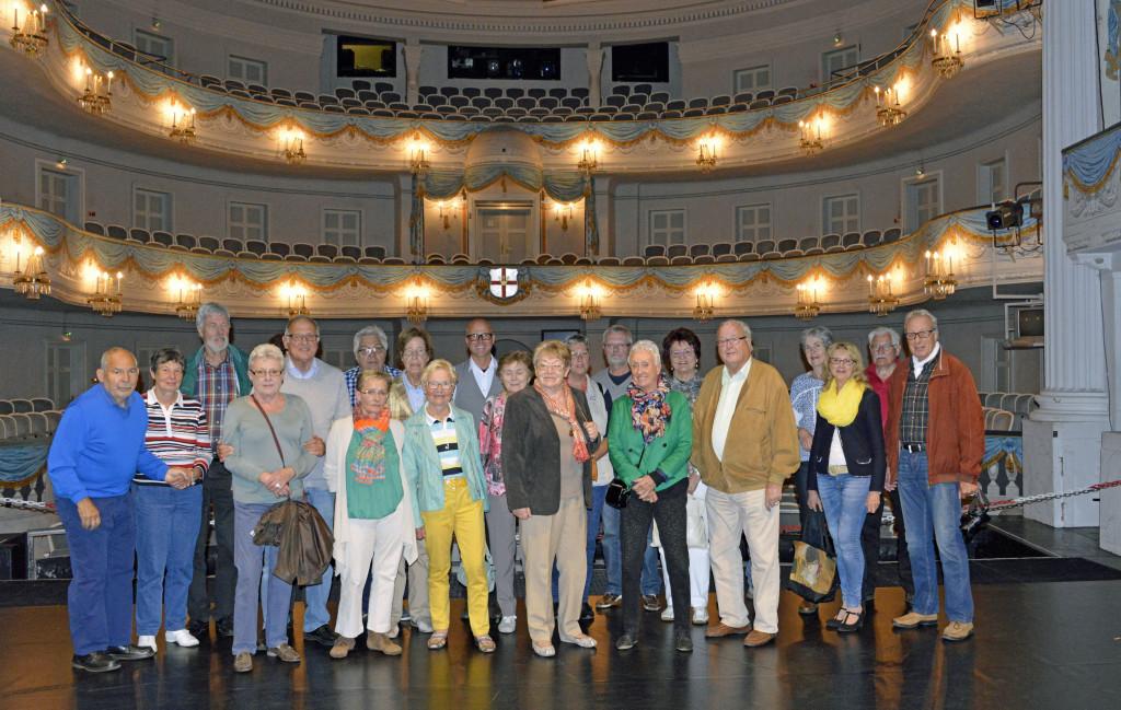 Der Arbeitskreis und Interessierte bei einer Führung durch das Theater Koblenz.