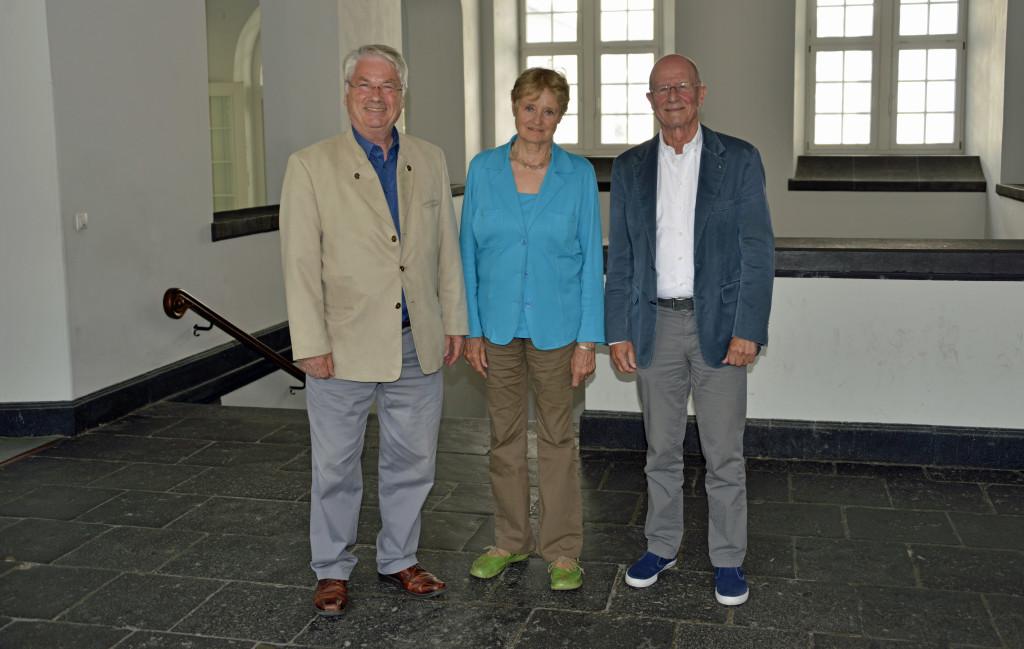 Nach der Sitzung des Arbeitskreises Demografie und Stadtentwicklung im Rathaus bedanken sich Prof. Dr. Heinz-Günther Borck, Vorsitzender des Seniorenbeirats (links) und Edgar Kühlenthal, Sprecher des Arbeitskreises (rechts) bei der Referentin Christine Holzing. Alle drei appellierten an die Koblenzer Bürgerinnen und Bürger an der Online Befragung teilzunehmen.