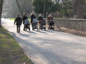Typische Fußgängergruppen in den Koblenzer Rheinanlagen