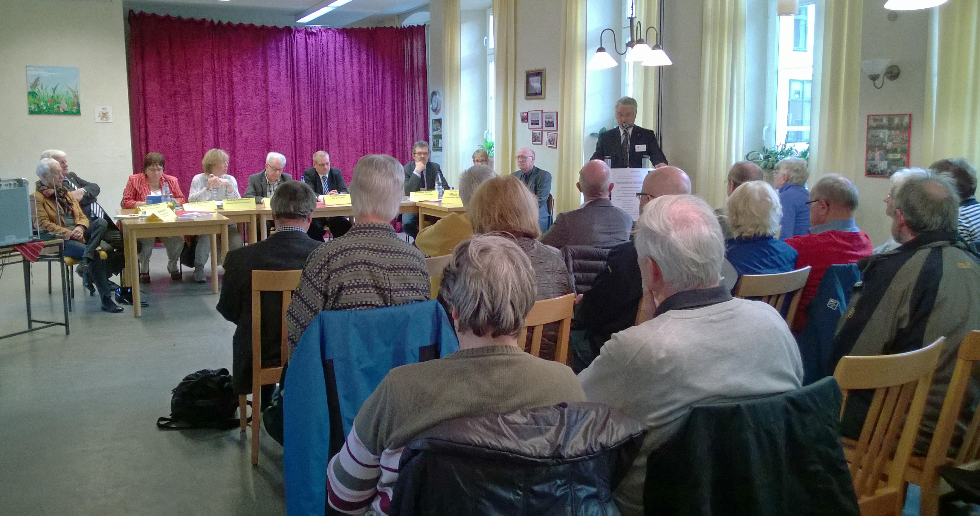 Prof. Borck begrüßt die Teilnehmer der Podiumsdiskussion