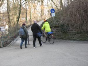 Hier hätte der Radfahrer absteigen müssen. Die Beschilderung wird oftmals nicht befolgt.