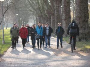 Treffen Fußgänger in Gruppen und Radfahrer aufeinender, ist besondere Achtsamkeit beiderseits geboten