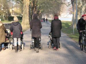 Bei Fußgängergruppen in den Koblenzer Rheinanlagen reicht die Wegebreite nicht aus für weitere Verkehrsarten
